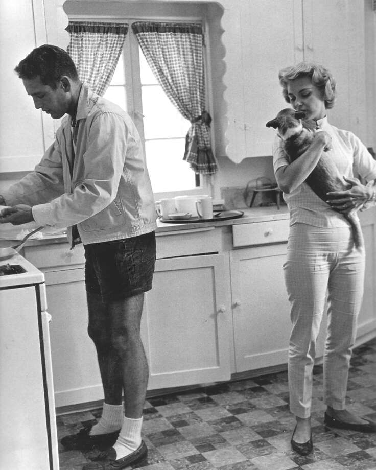 American actor Paul Newman (1925 - 2008) at home with his wife, actress Joanne Woodward, circa 1960. Photo: Silver Screen Collection, Getty Images / 2013 Getty Images