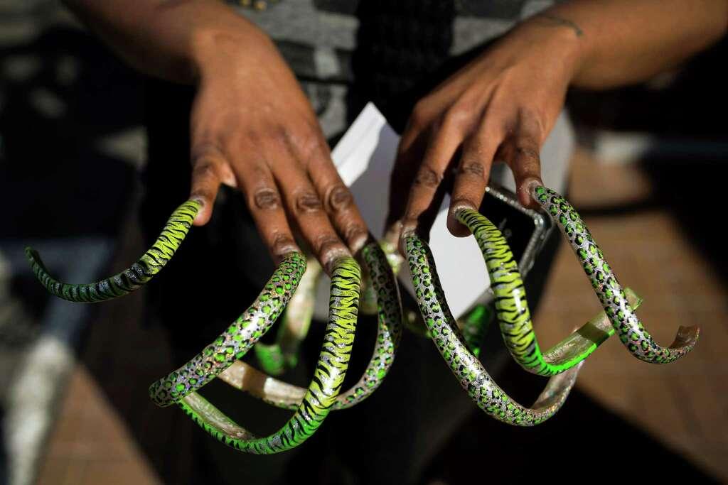 Seattle woman may have Washington\'s longest fingernails - seattlepi.com
