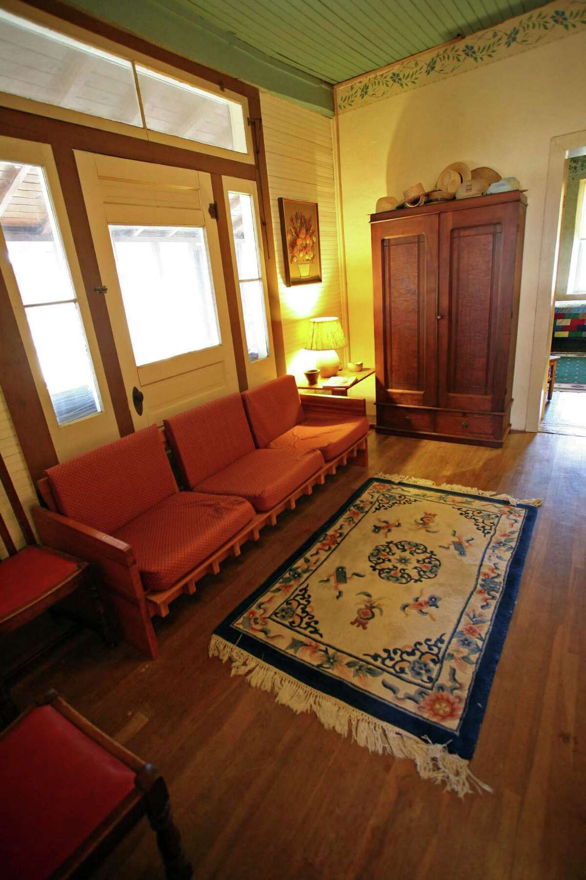 Schmidt added a dog trot, which has since been enclosed and is now the Heaths' living room.