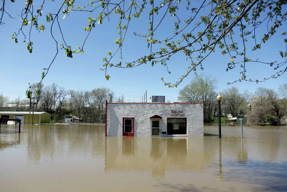 A restaurant in Louisiana, Mo., was among the many businesses and homes surrounded by rising water. Photo: Jeff Roberson, STF / AP