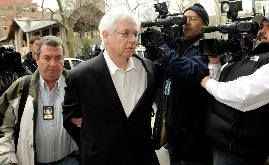 Hank Morris, former top political adviser of New York Comptroller Alan Hevesi is escorted in handcuffs into Manhattan criminal court, Thursday, March 19, 2009, in New York. Morris face 123 charges, including enterprise corruption, securities fraud, grand larceny, bribery and money laundering, according to the indictment. (AP Photo/ Louis Lanzano) Photo: LOUIS LANZANO / FR77522 AP