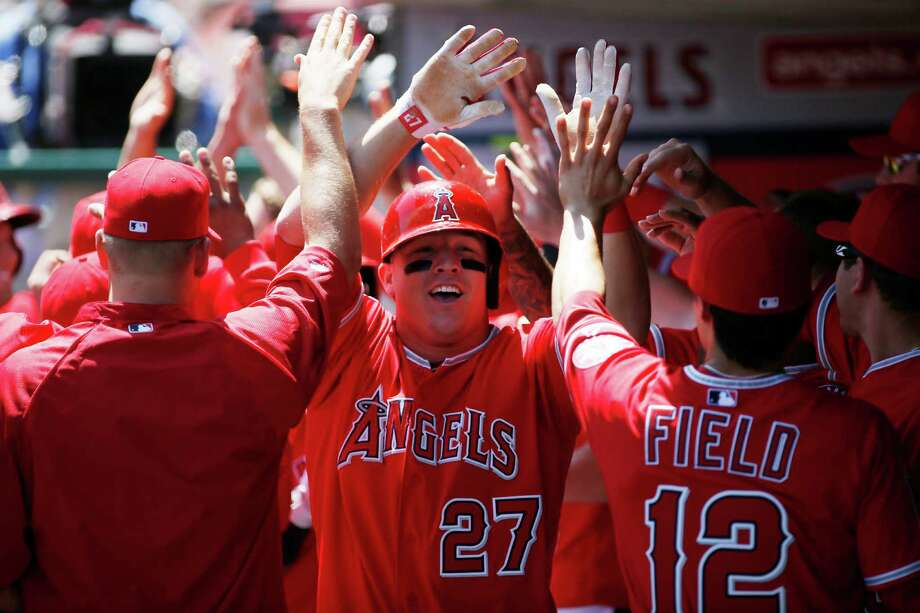 Angels teammates congratulate outfielder Mike Trout (27) on his first career grand slam. Photo: Danny Moloshok, FRE / FR161655 AP
