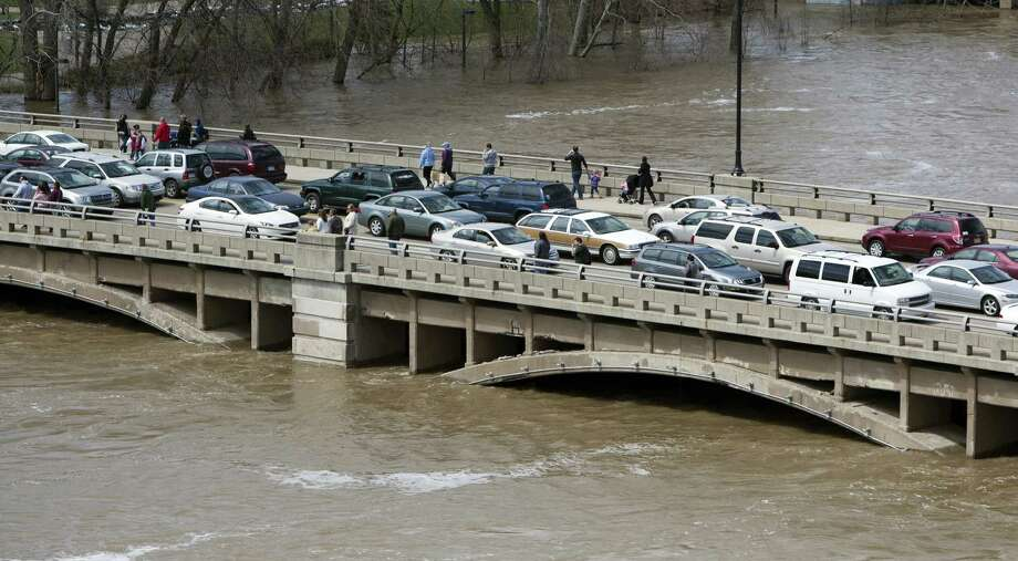 Traffic clogs the Pearl Street Bridge as crowds of people check out the level of the Grand River in Grand Rapids, Mich.  Photo: Cory Morse, Associated Press