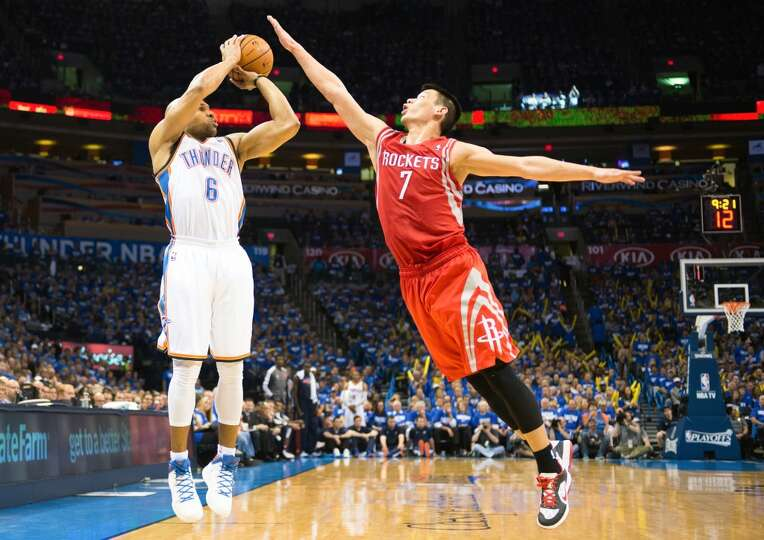 hunder point guard Derek Fisher (6) shoots a 3-pointer over Jeremy Lin.
