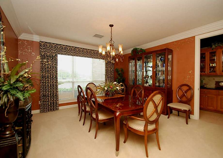 Very large formal dining is great for entertaining family. It overlooks the cul-de-sac street.