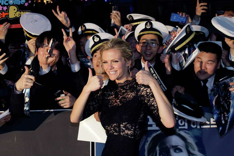"Brooklyn Decker with fans at the South Korea ""Battleship\"" premiere. Photo: Chung Sung-Jun, Getty Images / 2012 Getty Images"