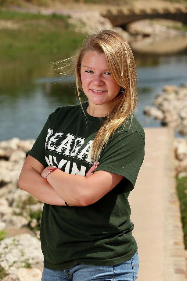 Madison Lamey, Reagan High School diver. Photo: JERRY LARA, San Antonio Express-News / © 2013 San Antonio Express-News