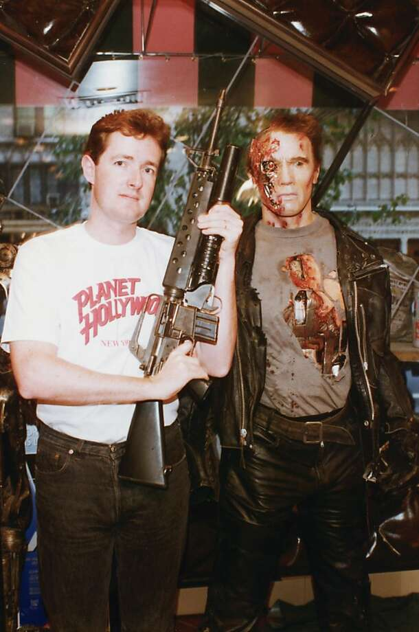 Piers Morgan, then-editor of the Daily Mirror, poses in a Planet Hollywood t-shirt next to a waxwork of Arnold Schwarzenegger in 'Terminator 2: Judgment Day', circa 1995. (Photo by Dave Hogan/Hulton Archive/Getty Images) Photo: Dave Hogan