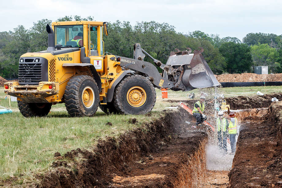 Construction crews install sewer lines for 70 new homes being constructed adjacent to Johnson Ranch Elementary near U.S. 281 and FM 1863 in Bulverde. Photo: Marvin Pfeiffer / Bulverde News