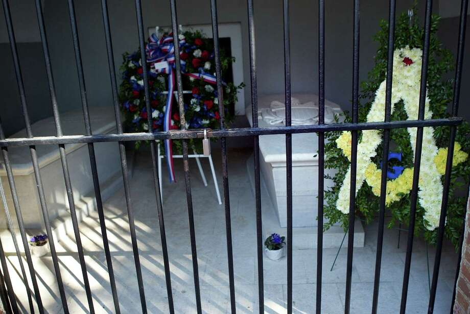 Wreaths lay at the tombs of George and Martha Washington on Presidents Day, February 16, 2004, at Washington's estate in Mount Vernon, Va. Photo: Brendan Smialowski, Getty Images / 2004 Getty Images