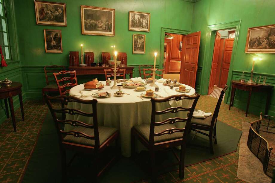 A small dining room is seen during a holiday tour in George Washington's Mount Vernon Estate December 4, 2004. Photo: Joe Raedle, Getty Images / 2004 Getty Images