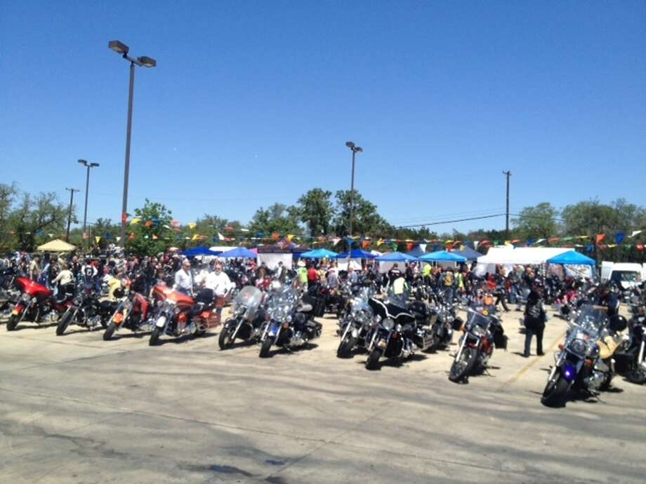 The Hollywood Park Texas Roadhouse restaurant hosted the Party for the Veterans/Fiesta de los Veteranos on Saturday. The South Texas Veterans Health Care System hosted the family-friendly motorcycle ride and rally.