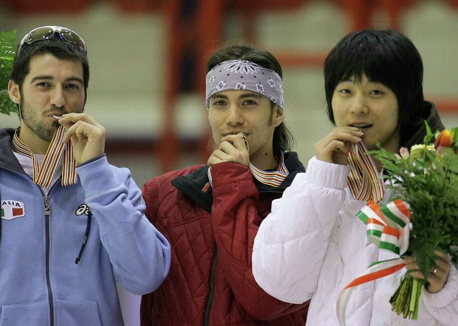Apolo Anton Ohno celebrates his podium ahead of Italy's Nicola Rodigari (L) second and Korea's Hyun-Soo Ahn third after winning the 1500 meters of the World Short Track Speed Skating Championship 2007 in Milan, March 9, 2007. Photo: FILIPPO MONTEFORTE, Getty Images / 2007 AFP