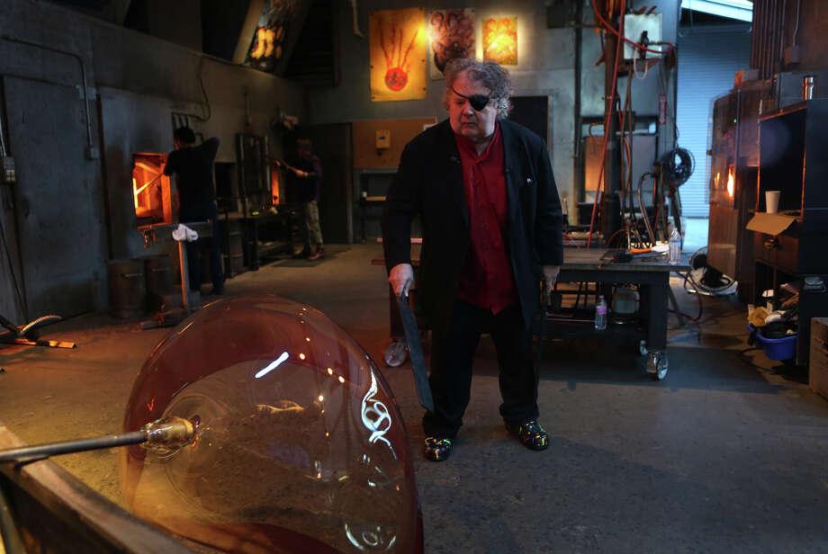 Dale Chihuly shapes the glass. Photo: JOSHUA TRUJILLO, SEATTLEPI.COM / SEATTLEPI.COM