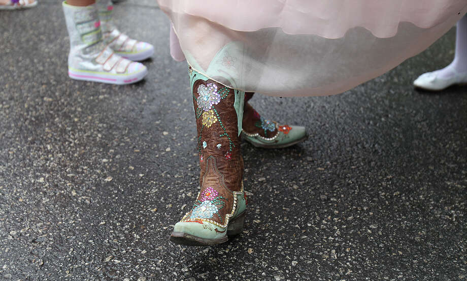 Lauren Osterman, La Reina de la Feria de las Flores, shows off her boots before the start of the Battle of Flowers Parade on Friday, Apr. 26, 2013. Photo: Kin Man Hui, San Antonio Express-News / © 2013 San Antonio Express-News