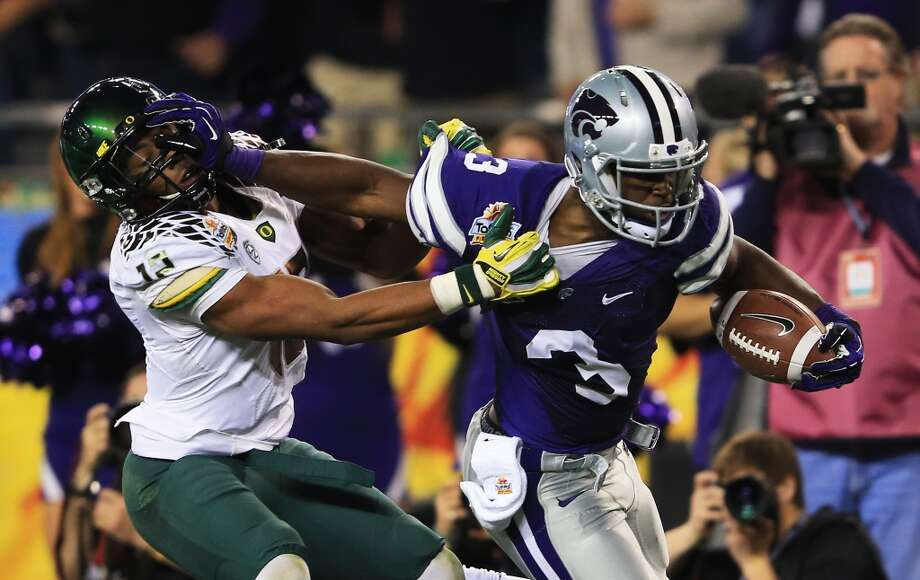 GLENDALE, AZ - JANUARY 03:  Ifo Ekpre-Olomu #14 of the Oregon Ducks tries to tackle Chris Harper #3 of the Kansas State Wildcats during the Tostitos Fiesta Bowl at University of Phoenix Stadium on January 3, 2013 in Glendale, Arizona.  (Photo by Doug Pensinger/Getty Images)