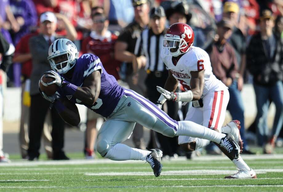 MANHATTAN, KS - OCTOBER 29:  Wide receiver Chris Harper #3 of the Kansas State Wildcats makes a diving catch for a first down against defensive back Demontre Hurst #6 of the Oklahoma Sooners during the first half on October 29, 2011 at Bill Snyder Family Stadium in Manhattan, Kansas.  (Photo by Peter G. Aiken/Getty Images)