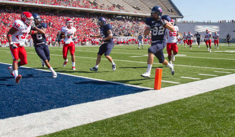 Rice tight end Luke Willson (82) scores easily on a touchdown reception during the first quarter of a game against Houston in 2010.