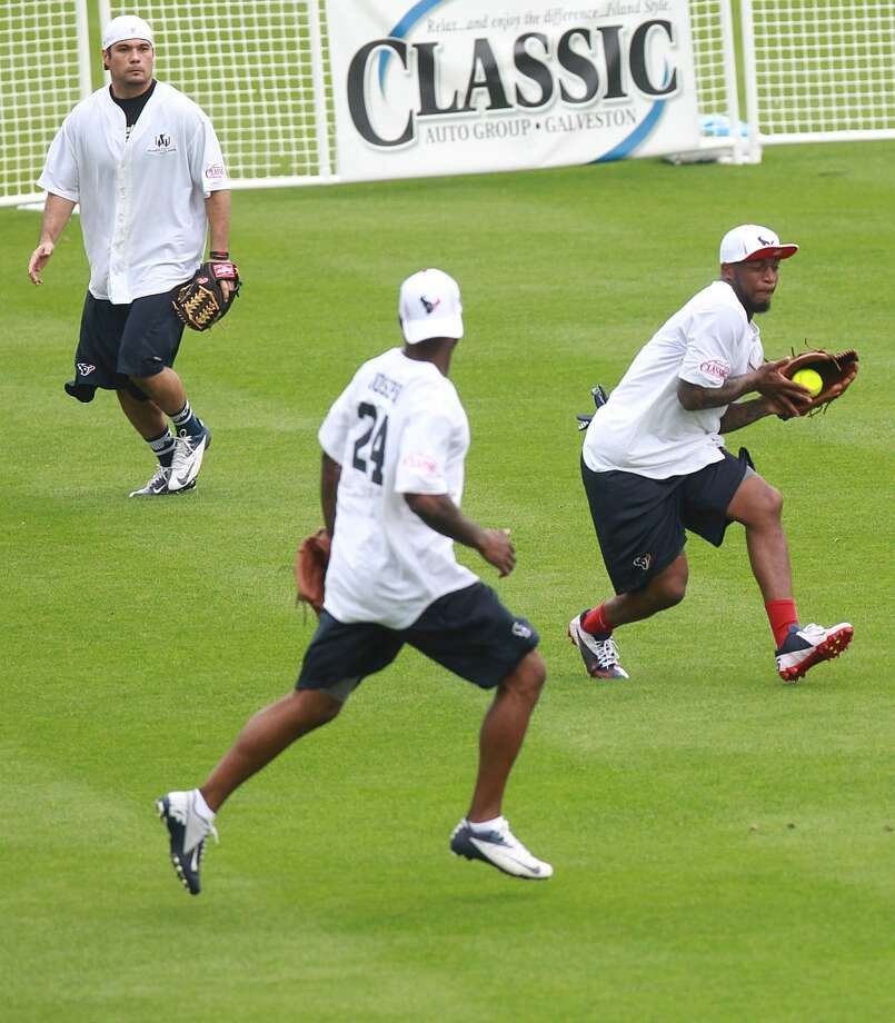 Kareem Jackson makes a catch. Photo: Mayra Beltran