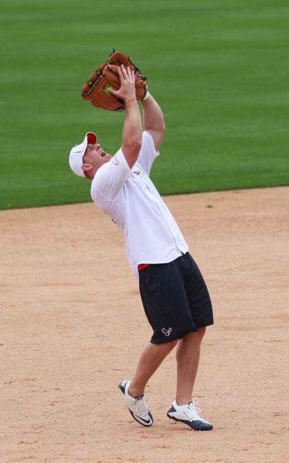 J.J. Watt makes a catch on the infield. Photo: Mayra Beltran