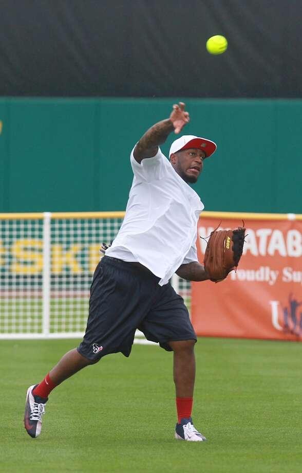 Kareem Jackson makes a throw to second. Photo: Mayra Beltran