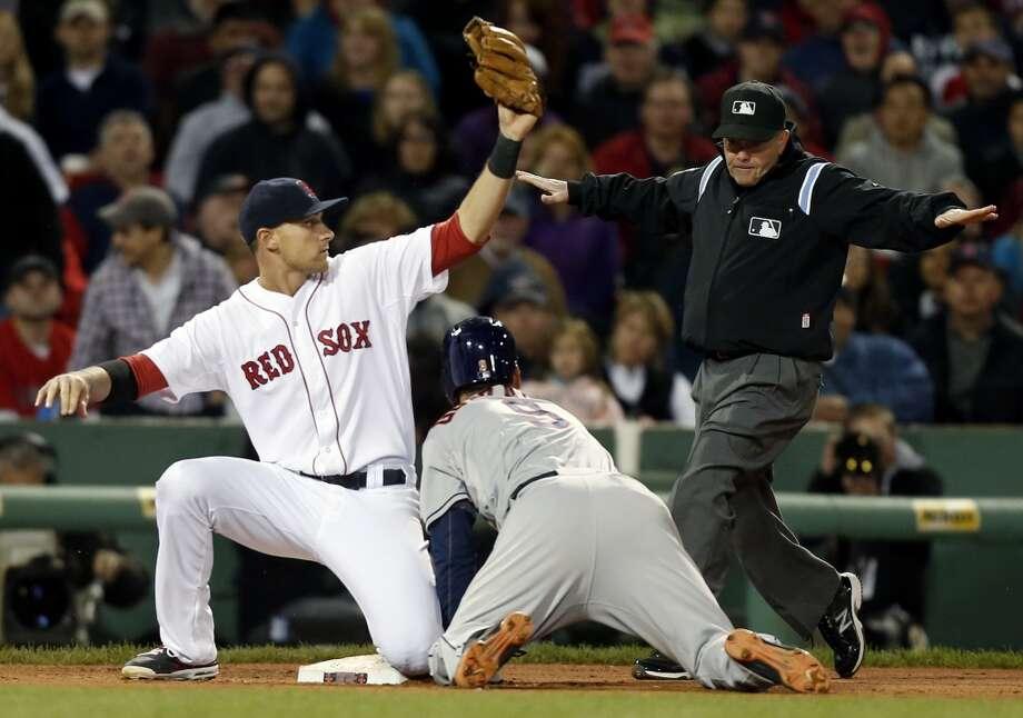Marwin Gonzalez (9) steals third base. Photo: Michael Dwyer, Associated Press