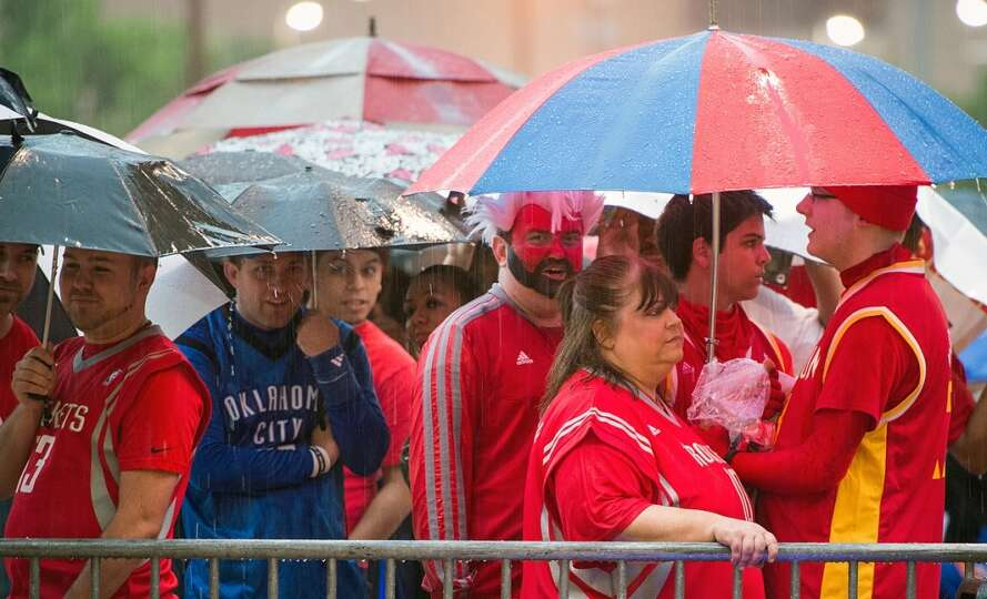 Fans wait in the rain for the doors to open before Game 3.
