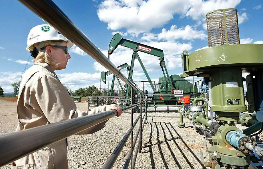 Kourtney Hardwick of BP looks over a Colorado methane gas well site. The EPA, in a controversial report, says leaks have been dramatically reduced. Photo: Jerry McBride, Associated Press