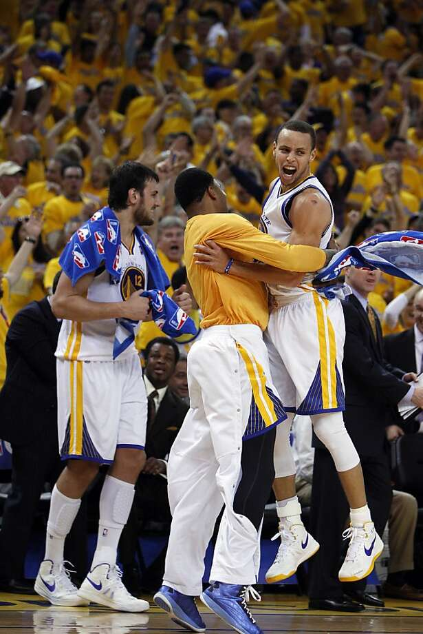 Stephen Curry (right) celebrates with Kent Bazemore after a long, off-balance three-pointer Sunday. Curry had 22 points in a six-minute stretch of the third quarter of Game 4. Photo: Carlos Avila Gonzalez, The Chronicle