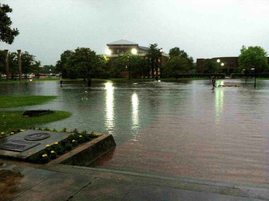 This is Holcomb Mall (er..., Lake Holcomb) in the middle of Houston Baptist University.