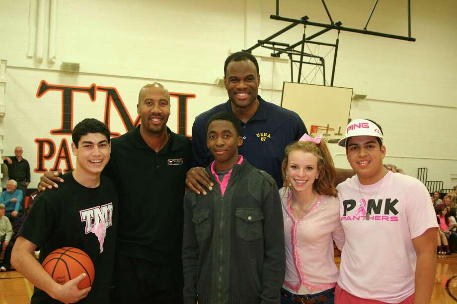 A reader lauds  Spurs great David Robinson (rear, shown with fellow former Spur  Bruce Bowen at  TMI — The Episcopal School of Texas) for the  attentiveness he shows fans.