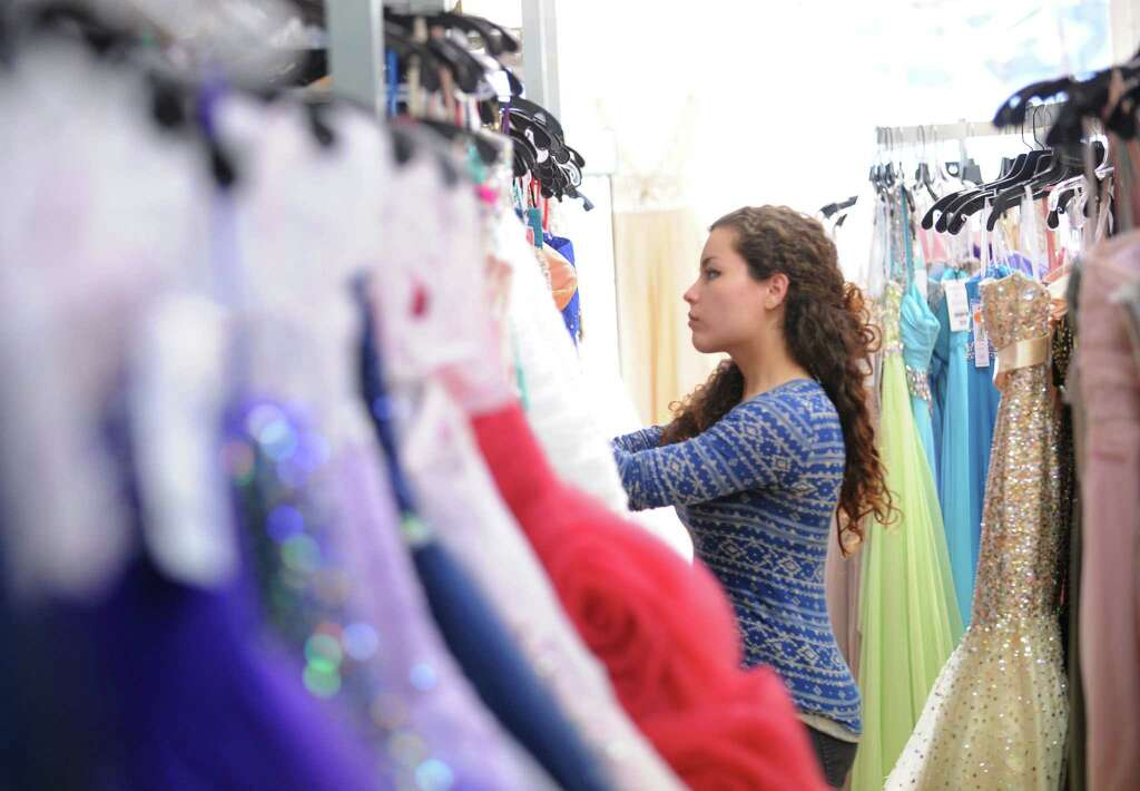 Prom dress shopping in the age of Facebook - StamfordAdvocate