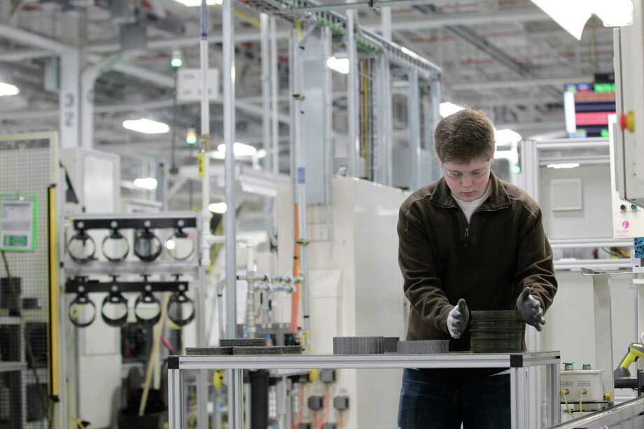 Jordan Kenyon works on the assembly line at the Chrysler transmission plant in Kokomo, Ind. Photo: AJ Mast, FRE / FR123854 AP