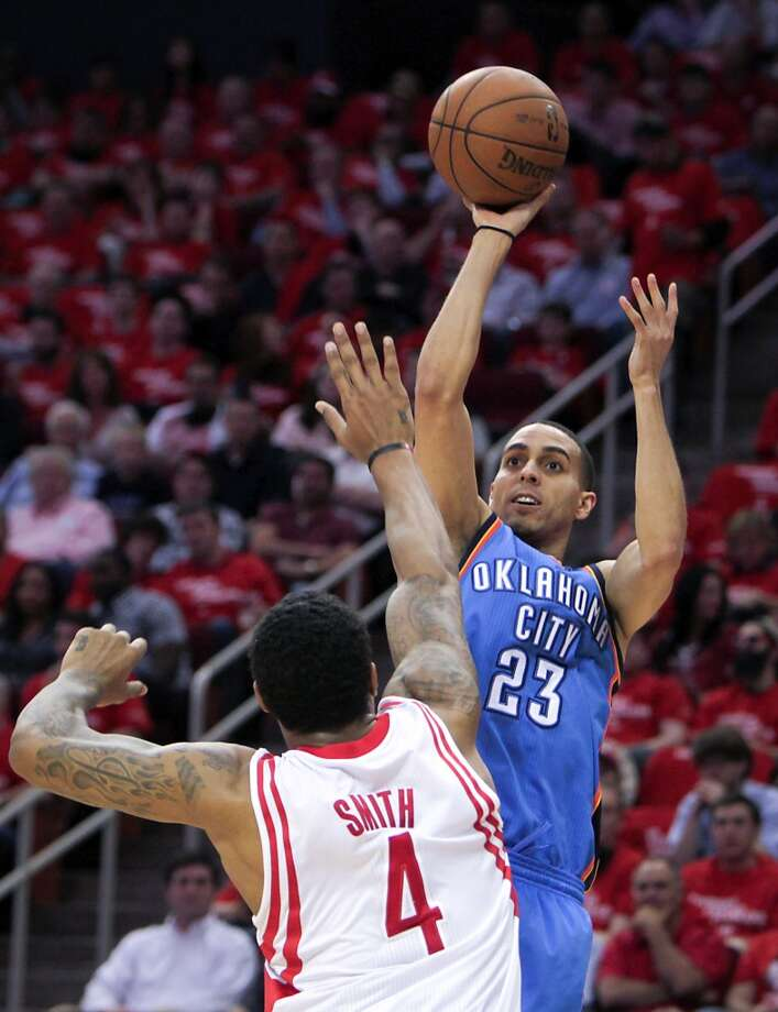 Kevin Martin of the Thunder shoots over Rockets forward Greg smith. Photo: James Nielsen, Houston Chronicle