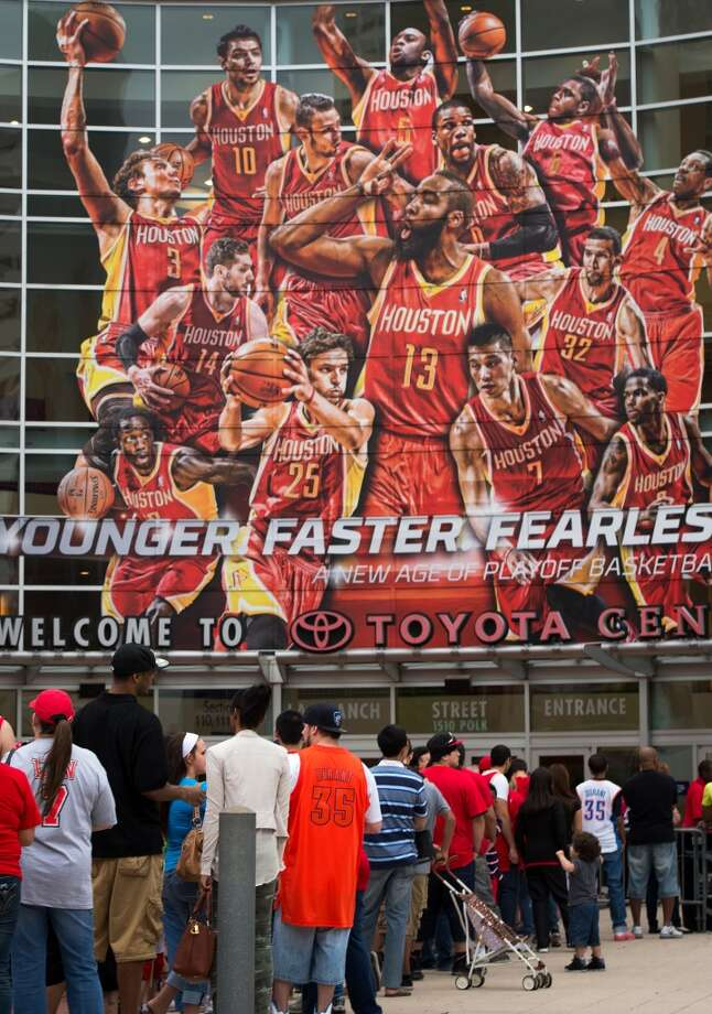 Fans wait for the gates to open before Game 4. Photo: Smiley N. Pool, Houston Chronicle