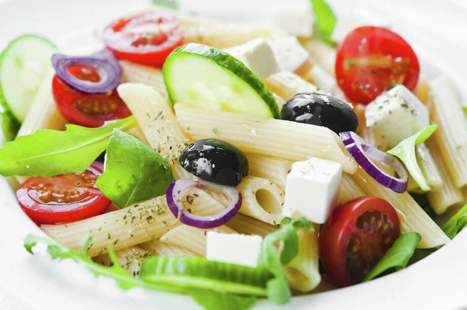 Pasta salad with tomato, black olives, arugula and feta cheese / RafalStachura - Fotolia