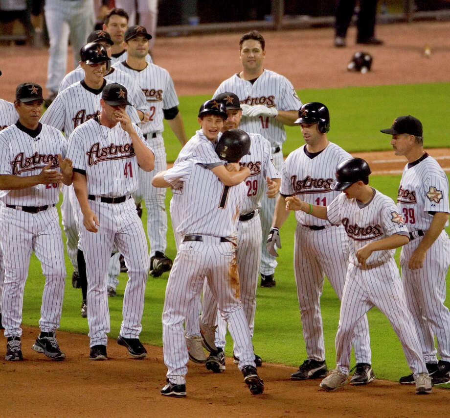 Biggio was mobbed by teammates after recording his historic 3,000th hit. Photo: Brett Coomer, © 2007 Houston Chronicle / © 2007 Houston Chronicle