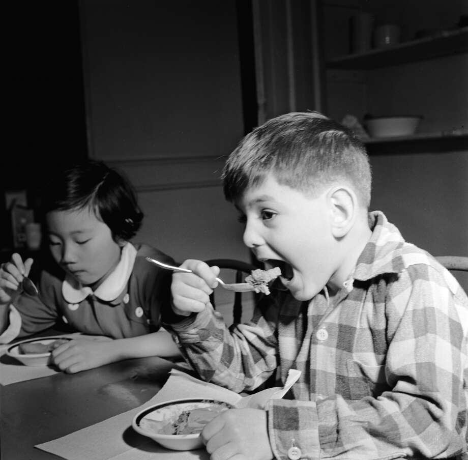 circa 1950:  Children at the Methodist 'Five Point Mission' kindergarten in New York having lunch. The school was one of the first to serve children hot lunches.  (Photo by Orlando /Three Lions/Getty Images)