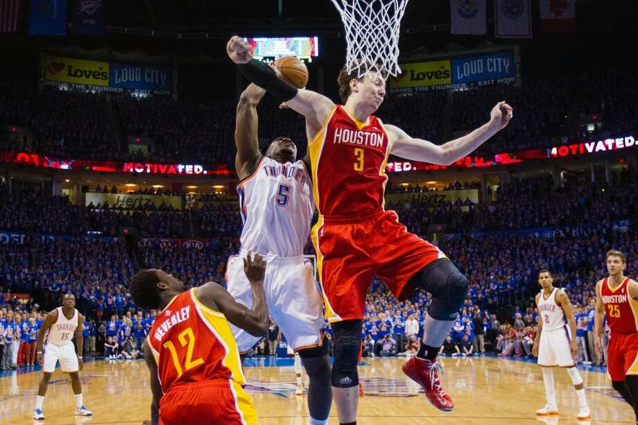 Rockets center Omer Asik defends against Thunder center Kendrick Perkins. Photo: Smiley N. Pool, Houston Chronicle
