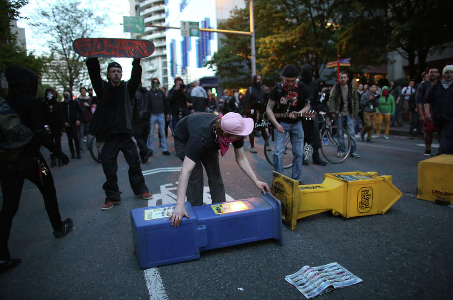 Protesters attempt to set up a barricade on Pine Street. Photo: JOSHUA TRUJILLO, SEATTLEPI.COM / SEATTLEPI.COM