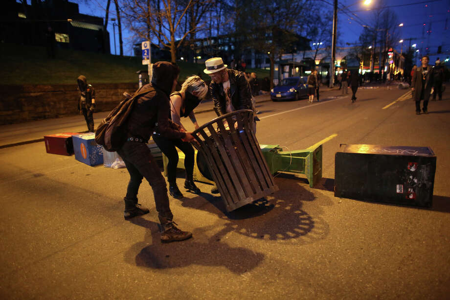 Protesters attempt to set up a barricade near Seattle Central Community College. Photo: JOSHUA TRUJILLO, SEATTLEPI.COM / SEATTLEPI.COM