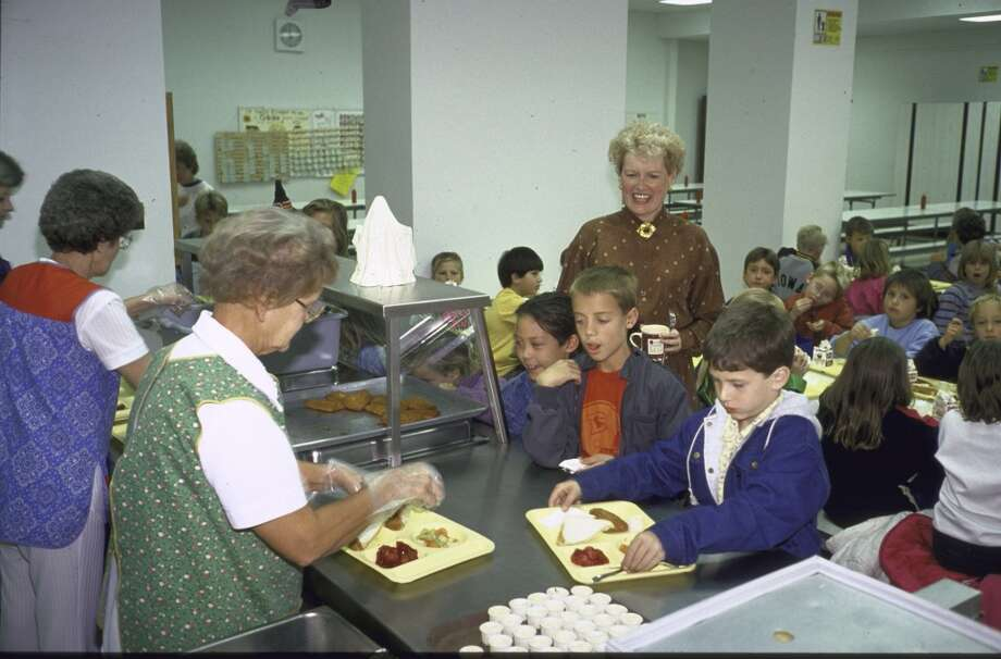 Teacher Carol Bowen (C), eating lunch with her third grade class at Harrison Elementary School, 1988.  (Photo by Ted Thai//Time Life Pictures/Getty Images)