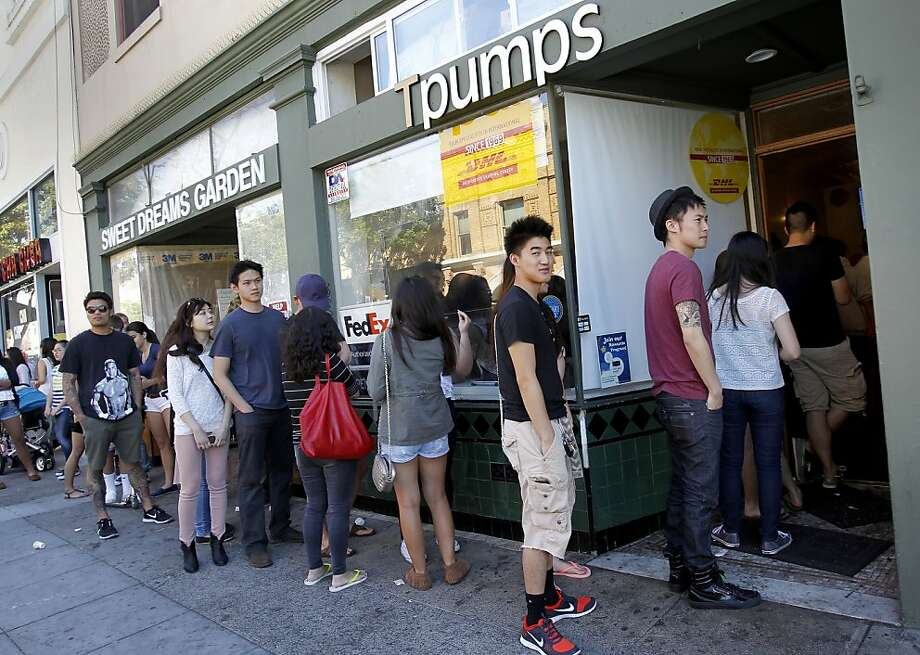 They'll be back: Whether it's the loyalty program or just the bubble tea itself, customers line up at Tpumps. Photo: Brant Ward, The Chronicle