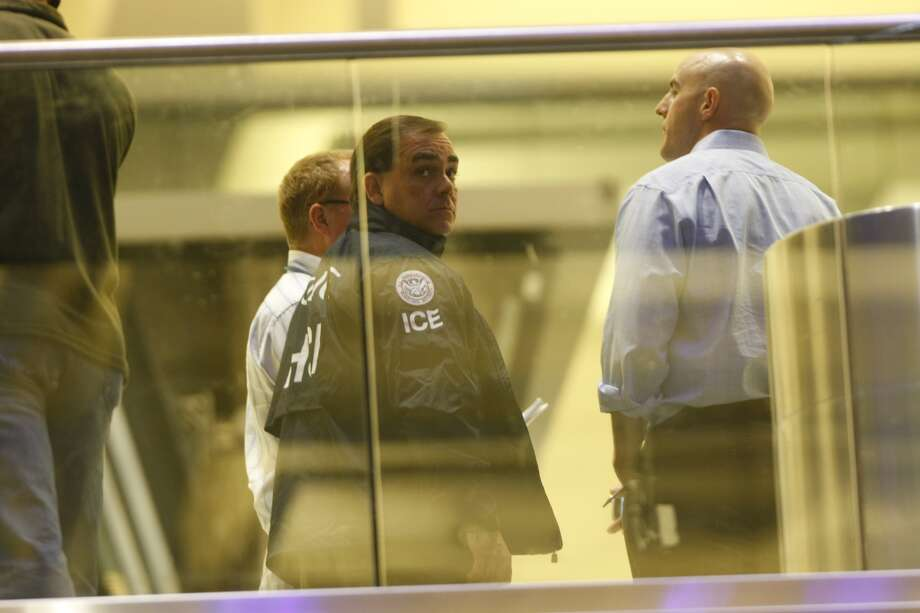 Authorities investigate a shooting in Terminal B at Bush Intercontinental Airport in Houston, Thursday, May 2, 2013. Photo: Cody Duty