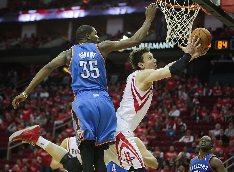 Rockets center Omer Asik drives past the Kevin Durant. Photo: James Nielsen, Houston Chronicle