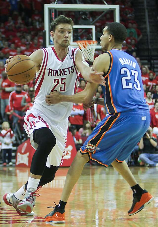 Rockets forward Chandler Parsons drives on Thunder shooting guard Kevin Martin. Photo: James Nielsen, Houston Chronicle