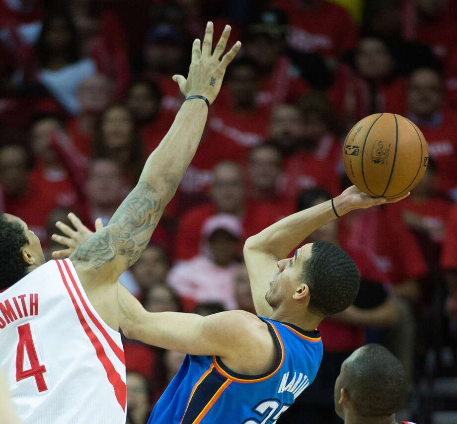 Thunder guard Kevin Martin shoots over Rockets power forward Greg Smith. Photo: Smiley N. Pool, Houston Chronicle