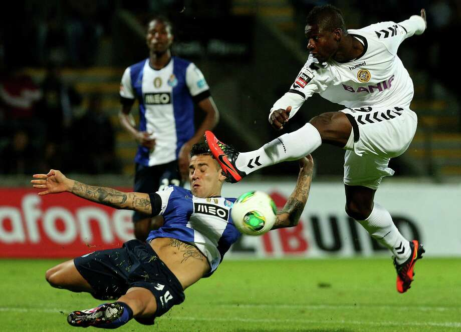 Porto's Argentinian defender Nicolas Otamendi (L) vies with Nacional's Senegalease forward Keita during the Portuguese league football match CD Nacional vs FC Porto at Madeira Stadium in Funcha on May 4, 2013.   AFP PHOTO/ GREGORIO CUNHA Photo: GREGORIO CUNHA, AFP/Getty Images / AFP