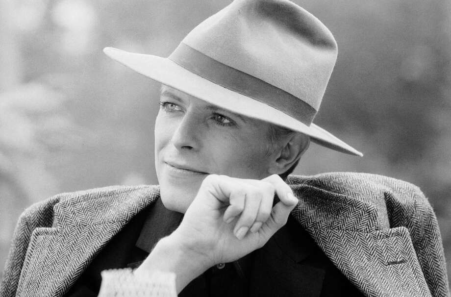 1976: Singer David Bowie wearing a smart hat. Photo: Terry O'Neill, Getty / 2005 Getty Images