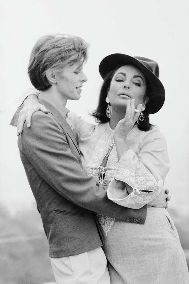 Singer David Bowie embracing actress Elizabeth Taylor in Beverly Hills, 1975. It was the first occasion that the pair had met. Photo: Terry O'Neill, Getty / 2005 Getty Images